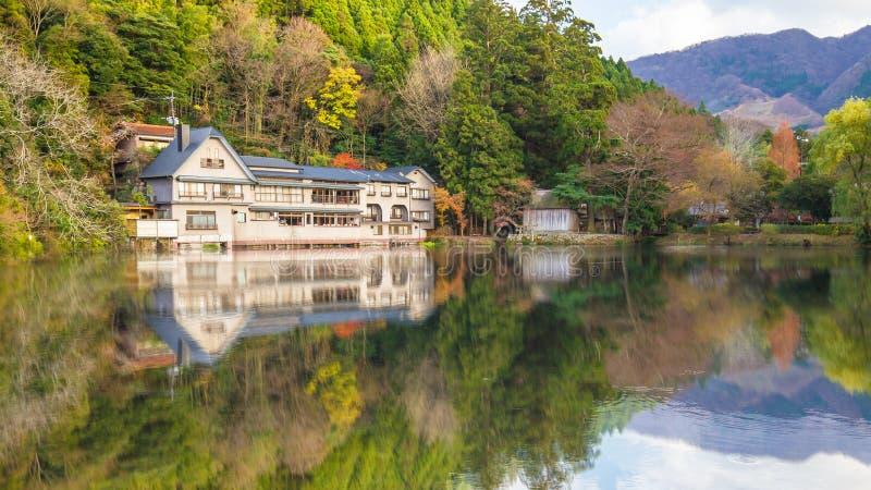 湖Kinrinko的反射在Yufuin镇大分,日本 库存图片