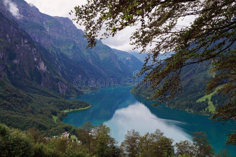 湖Klöntalersee在瑞士阿尔卑斯如被看见从Schwammhöhe 免版税库存图片