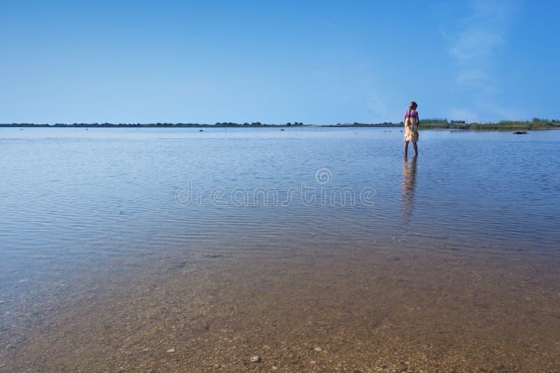 湖Korission在科孚岛-有一小女孩走的 库存照片