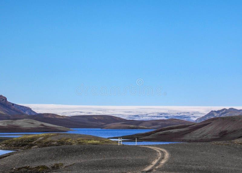 湖Langisjor,黑火山的沙子山和瓦特纳冰原冰川的全景 免版税库存图片