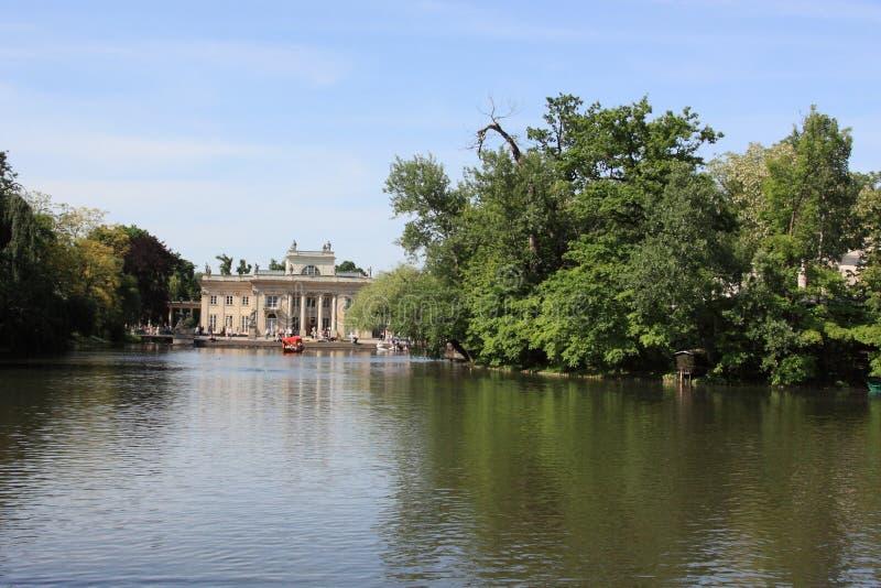 湖lazienki宫殿波兰华沙 免版税库存图片