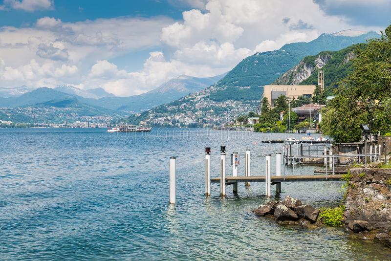 湖lugano Campione d `意大利看法,著名为它的赌博娱乐场可看见在右边,与一游船到达 库存照片