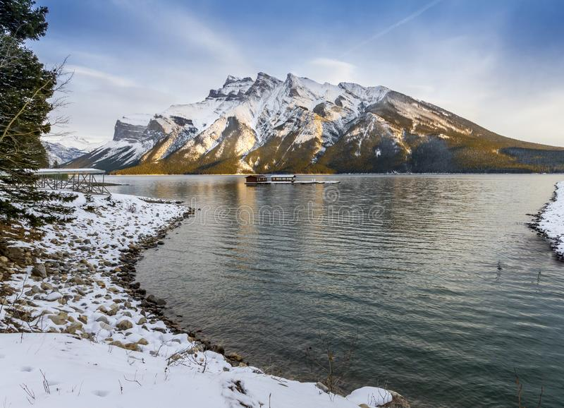 湖Minnewanka在日落的班夫国家公园 库存照片