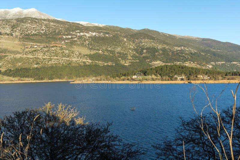 湖Pamvotida和Pindus山惊人的冬天风景从市的约阿尼纳, Epiru 免版税库存照片