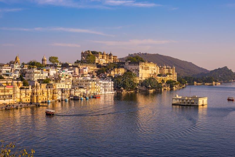 湖Pichola反射的日落光的著名城市宫殿 乌代浦、旅行目的地和旅游胜地在拉贾斯坦, I 免版税库存照片