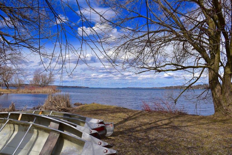 湖Scugog看法有沿岸被存放的独木舟的 免版税库存图片