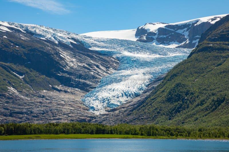 湖Svartisvatnet在Helgeland在挪威,有Svartisen冰川的在背景中 免版税库存照片