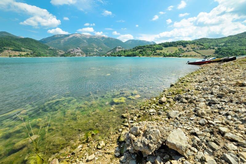 湖Turano多岩石的海滩  图库摄影