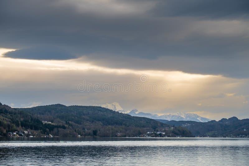 湖Wörthersee和山的Mittagskogel,朱利安阿尔卑斯山村庄Sekim 免版税库存图片