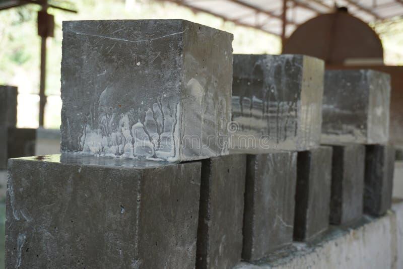 湿从治疗坦克拿取的立方体具体样品 免版税库存图片