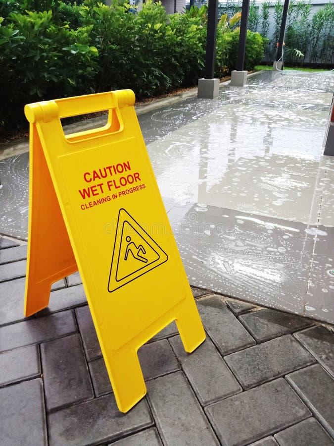 湿地板小心标志 湿清洗的地板 卫生间地区 库存照片