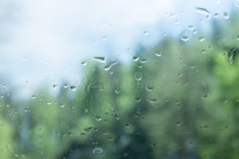湿外面汽车玻璃雨风暴 免版税库存图片