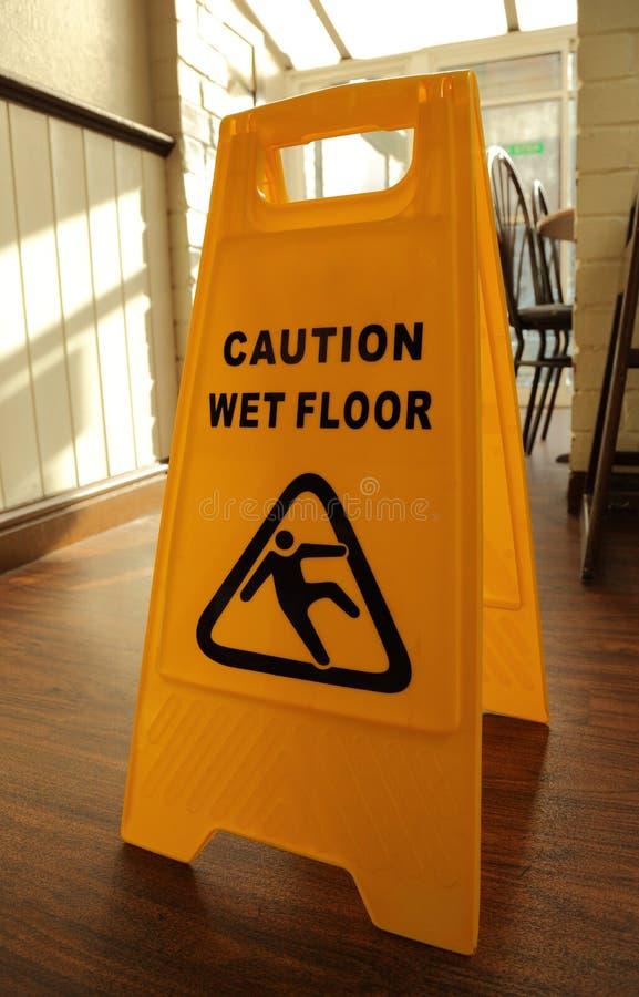 湿小心的楼层 库存照片