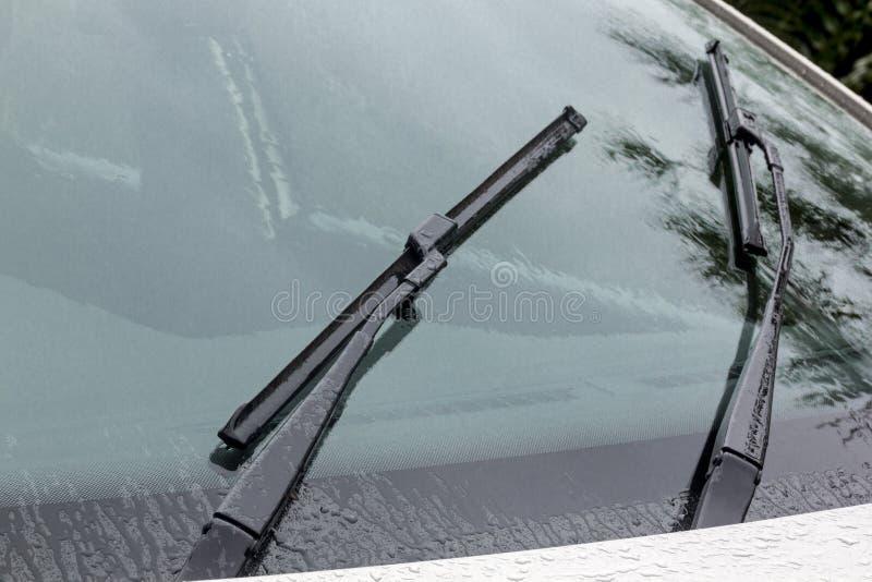 湿挡风玻璃反射样式纹理和刮水片 库存照片