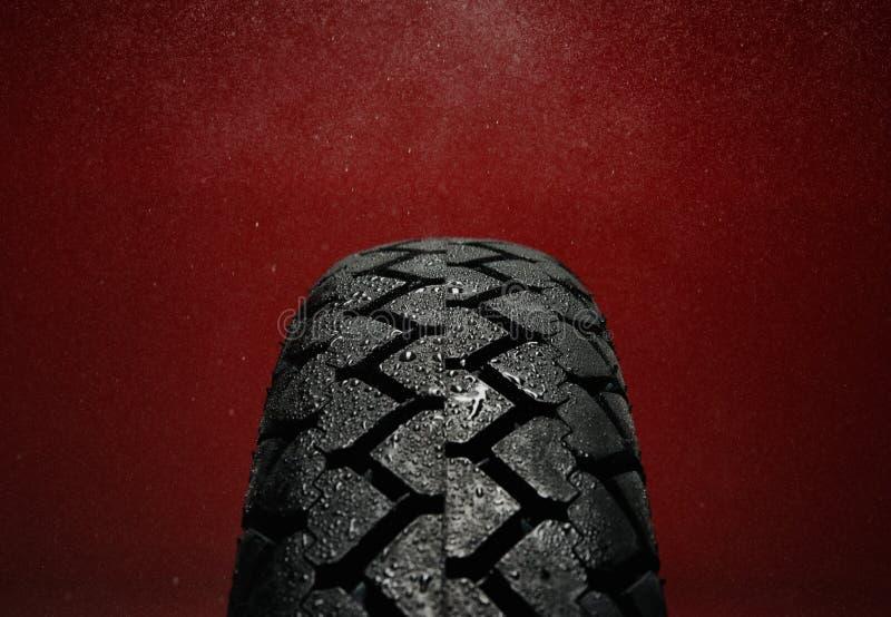 湿摩托车轮胎踩 库存图片