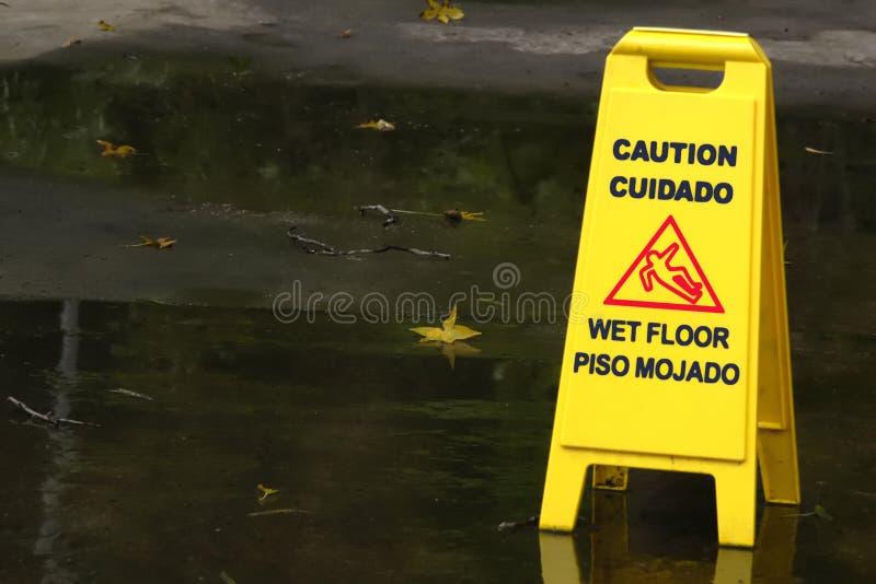 Download 湿楼层的警告 库存照片. 图片 包括有 小心, 符号, 公园, 户外, 溜滑, 结构, 秋天, 边路, 外面 - 175218