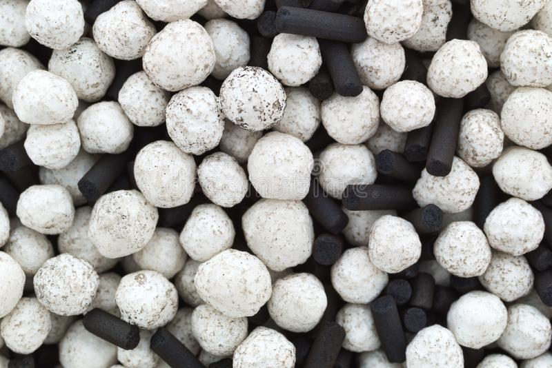 湿气吸收体小珠和木炭接近的看法  免版税库存照片