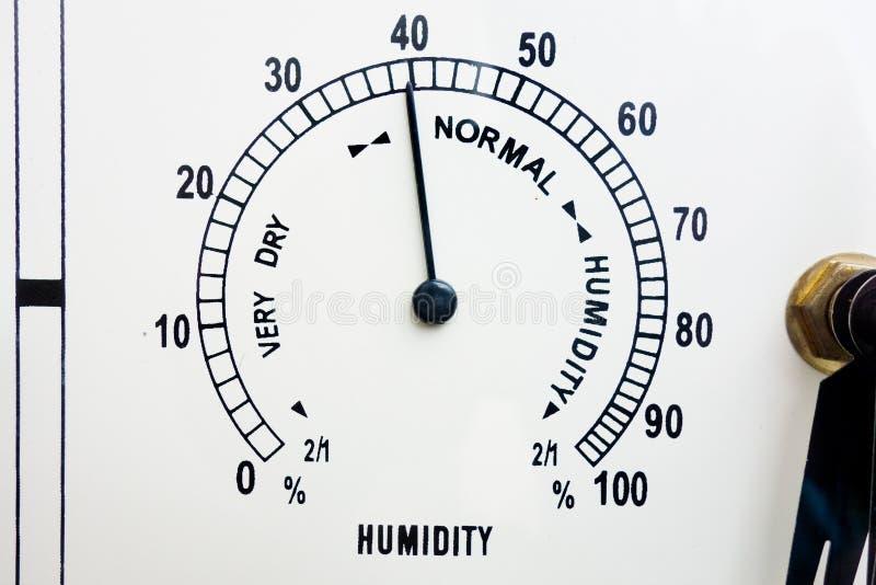 湿气测量和控制  Meteo天气显示与黑标度、针和数字的湿度计面孔 特写镜头  免版税库存图片