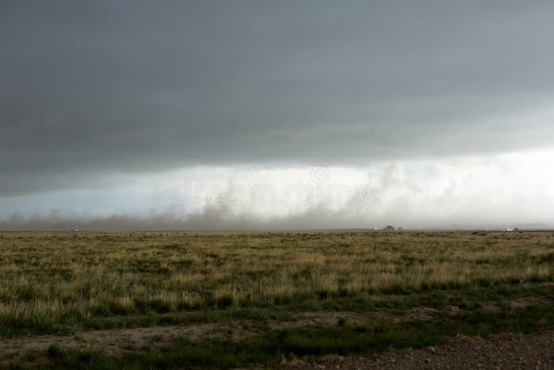 湿气被装载的转动的空气黑暗的漏斗云彩  免版税库存图片