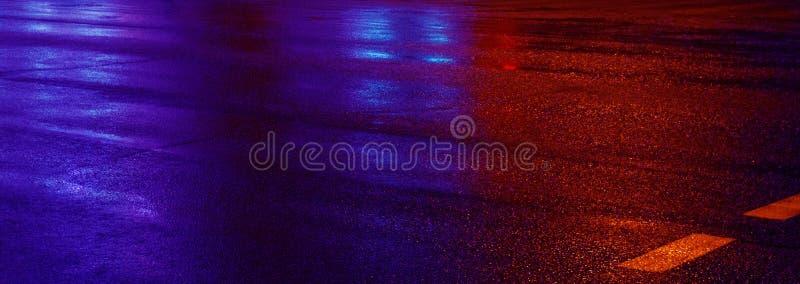 湿沥青背景与霓虹灯的 被弄脏的背景,夜光,反射 库存照片