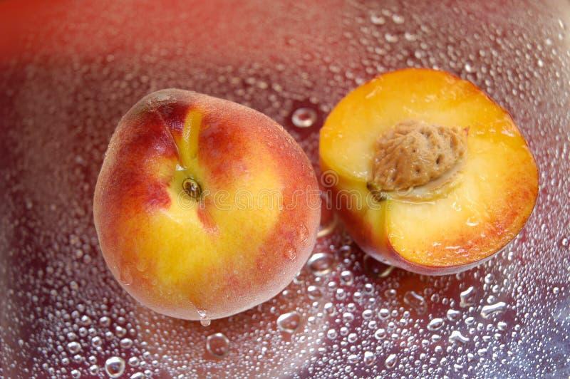 湿的桃子 免版税图库摄影
