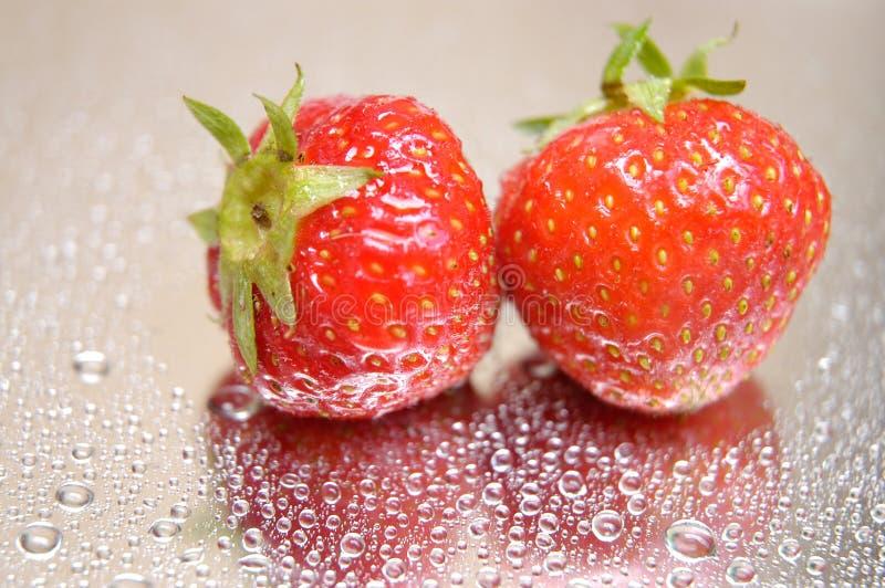 湿的草莓 免版税库存照片