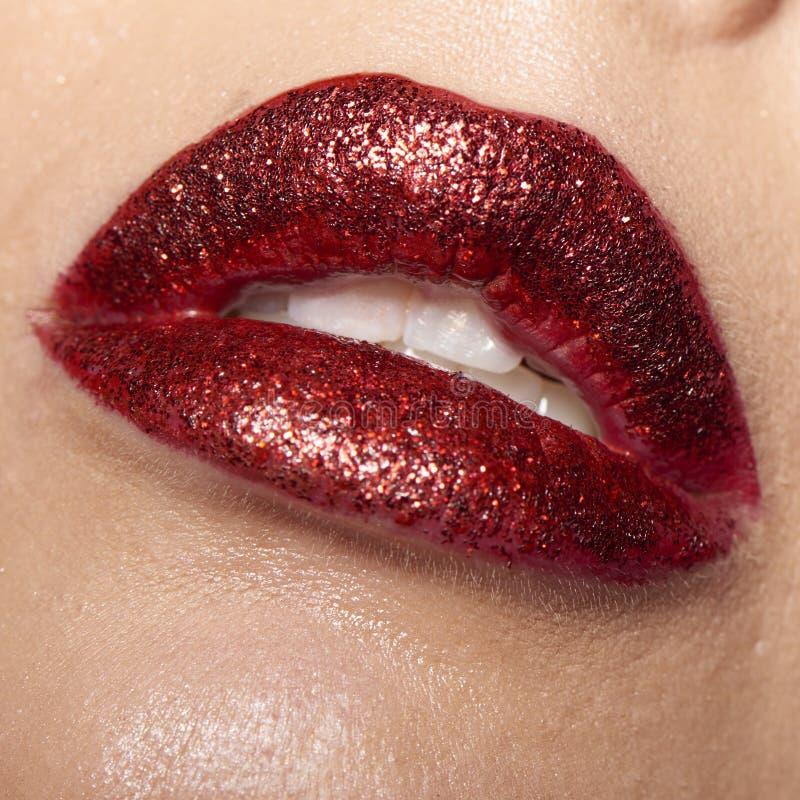 湿红色嘴唇 免版税库存图片