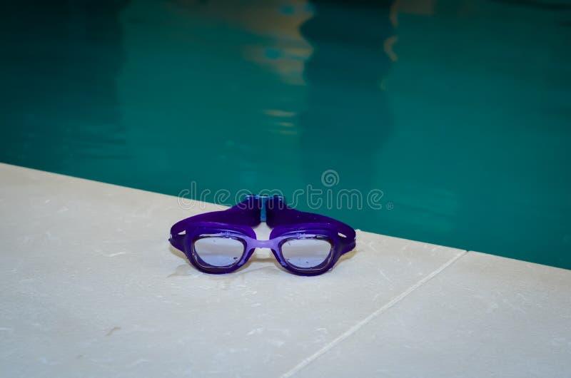 湿蓝色游泳风镜特写镜头  室内游泳池 免版税库存照片