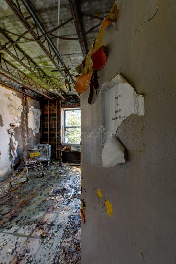 湿,恶化的耐心室-被放弃的医院 免版税库存照片