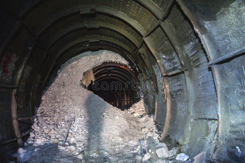 崩溃在白垩矿,有钻床踪影的隧道  免版税库存照片