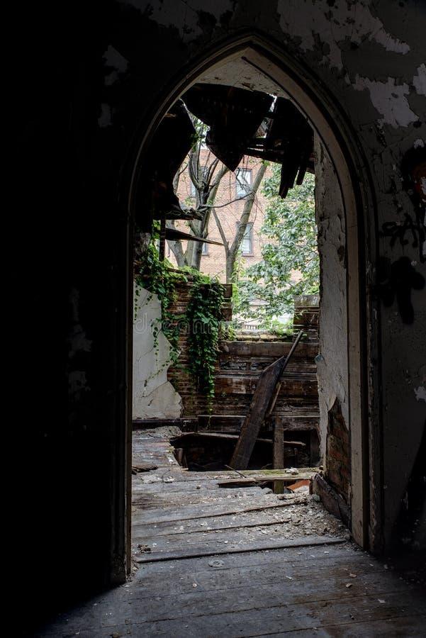 崩溃,被放弃的教会 免版税库存图片