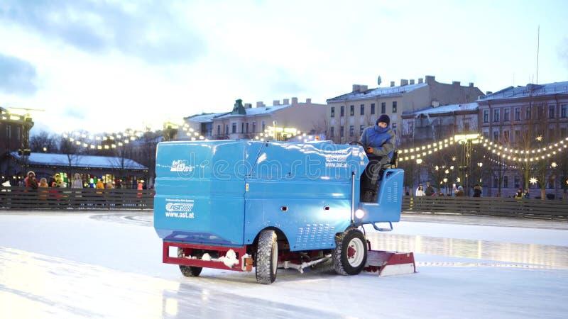 溜冰场雇员清洗冰与特别车在下个滑冰的会议前 免版税图库摄影