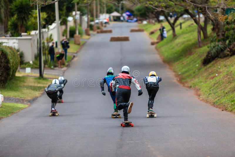 溜冰板者下坡街道赛跑 免版税库存照片