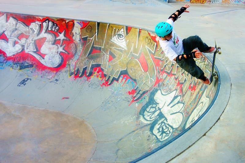 溜冰板者少年踩滑板的边缘 库存图片