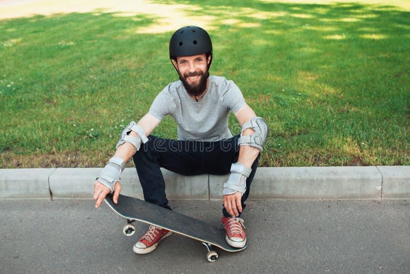 溜冰板者竞争,与冰鞋的休息 库存图片