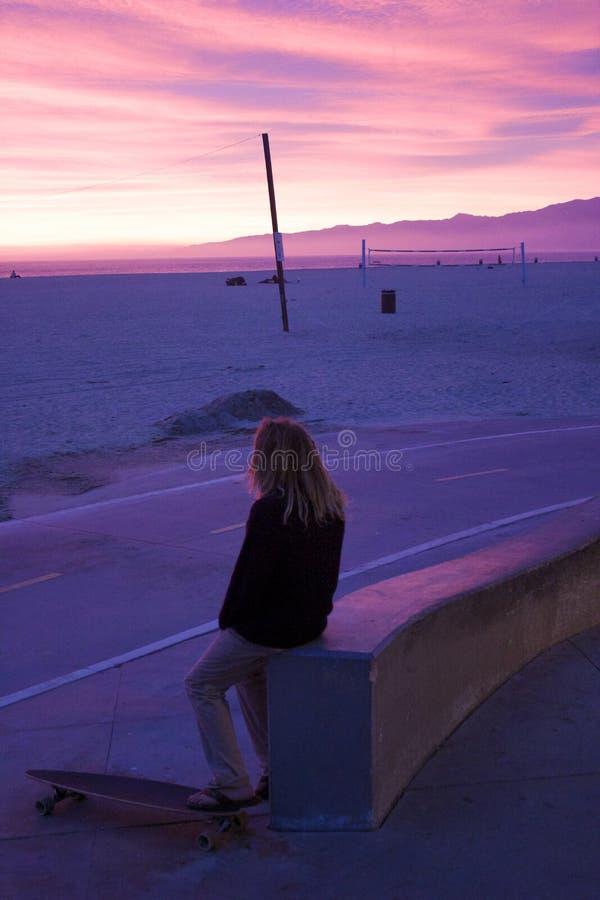 溜冰板者观察天空在冬至期间在威尼斯B 库存照片