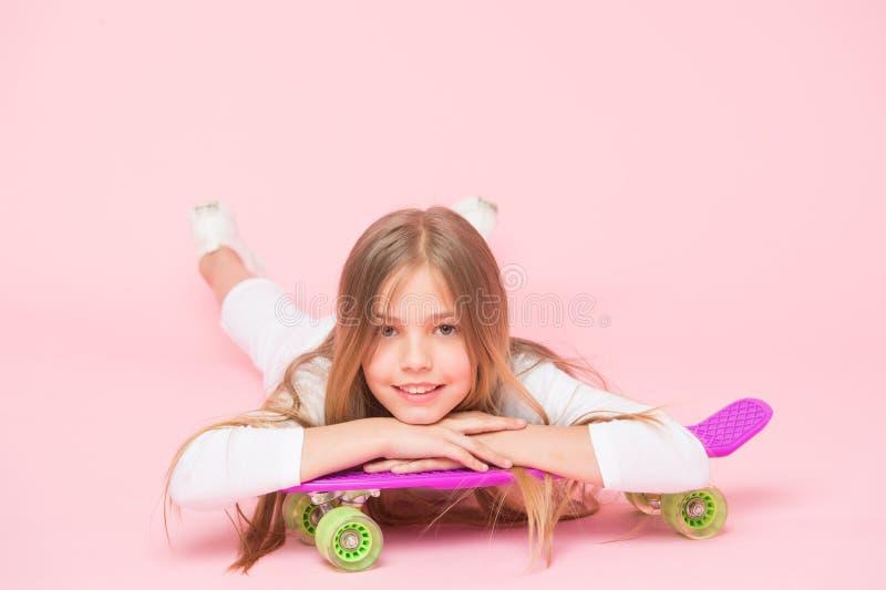 溜冰板运动创造了行家 微笑与行家样式和神色的可爱的小溜冰者 逗人喜爱的矮小的行家 库存照片