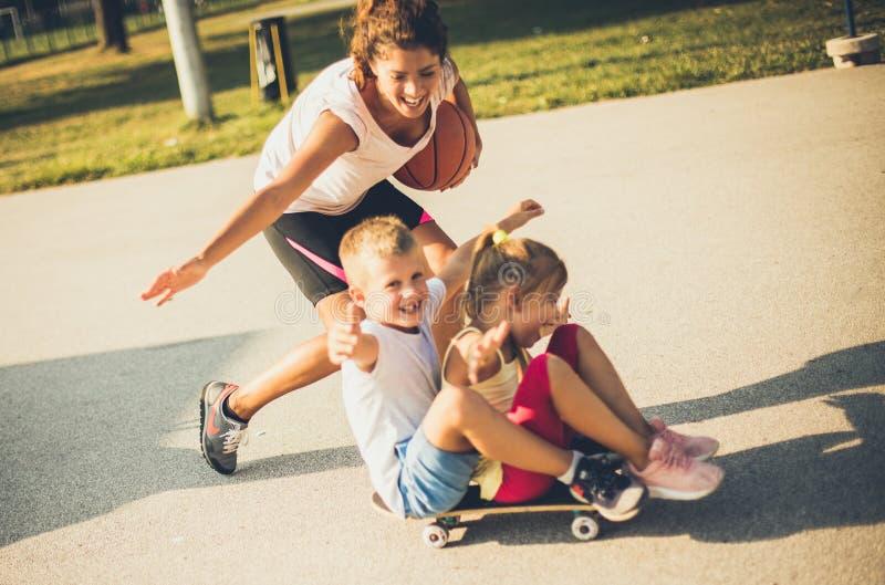 溜冰板运动是很滑稽的 免版税库存照片