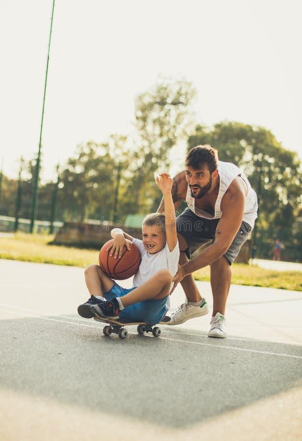 溜冰板运动是很滑稽的 库存照片