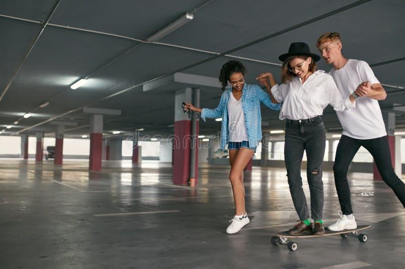 溜冰板运动 年轻人获得乐趣在停车处 免版税库存照片