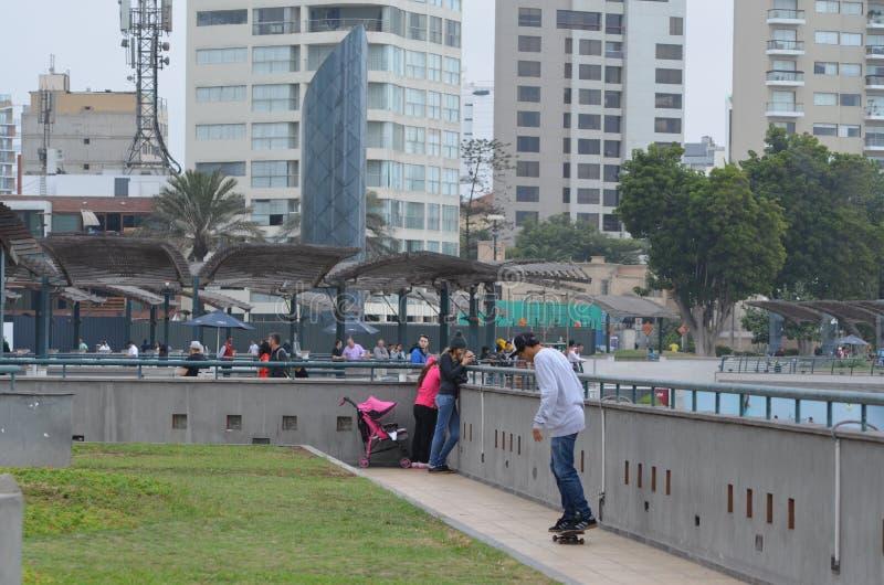 溜冰者在米拉弗洛雷斯, Avenida肋前缘Verde,绿色海岸大道,米拉弗洛雷斯,利马, Perú 免版税库存照片