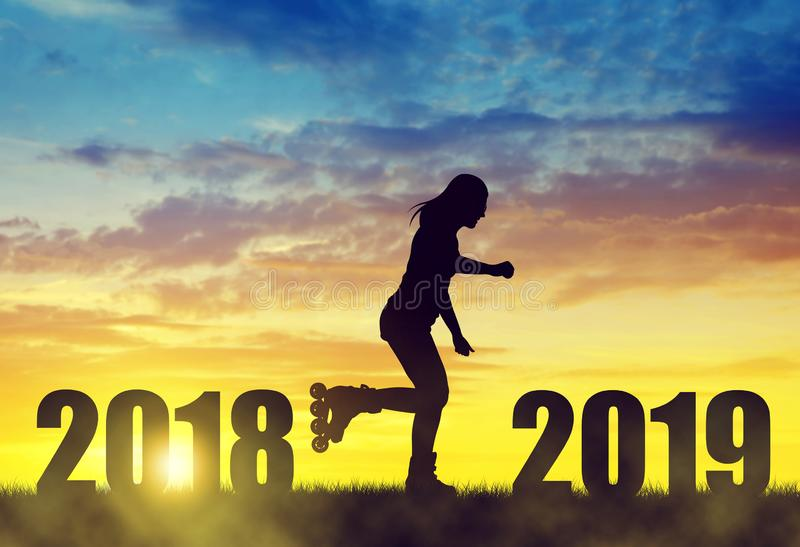 溜冰鞋的女孩在日落 新年2019年概念 库存照片