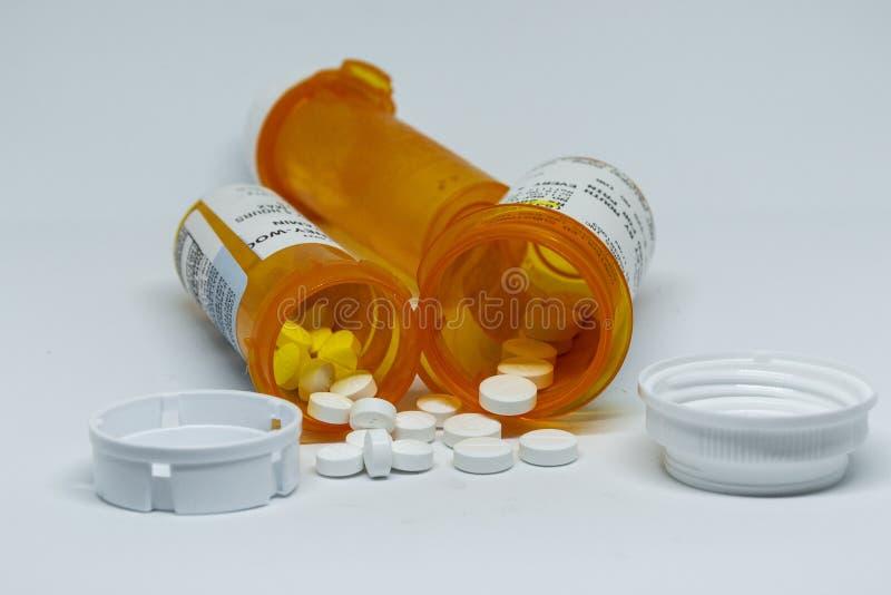 溢出在许多瓶外面的药片 免版税库存图片