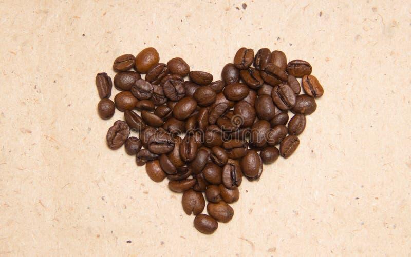 溢出的豆咖啡 以心脏的形式咖啡 图库摄影