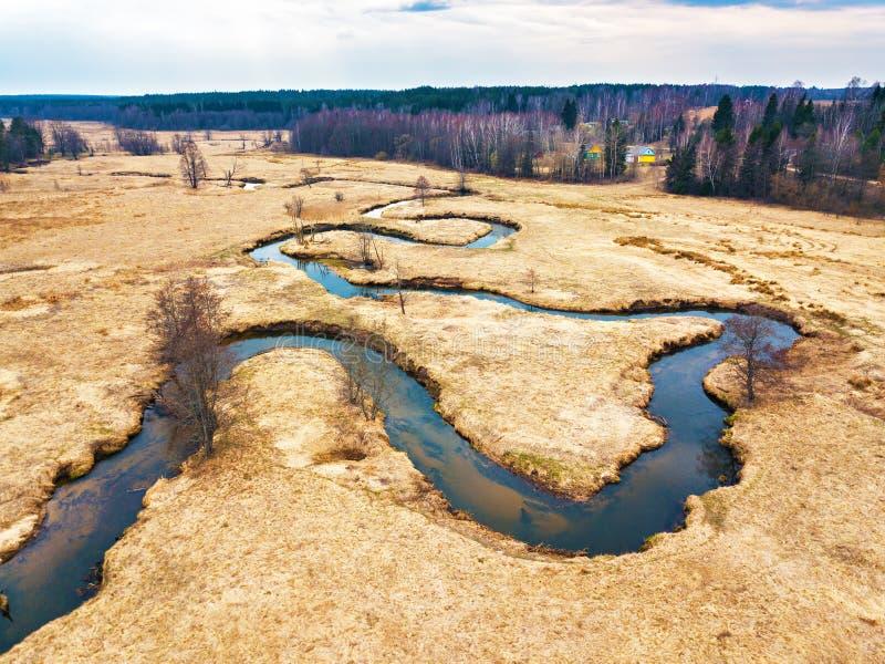 溪弯鸟瞰图在春天medow的 迟来的 免版税图库摄影