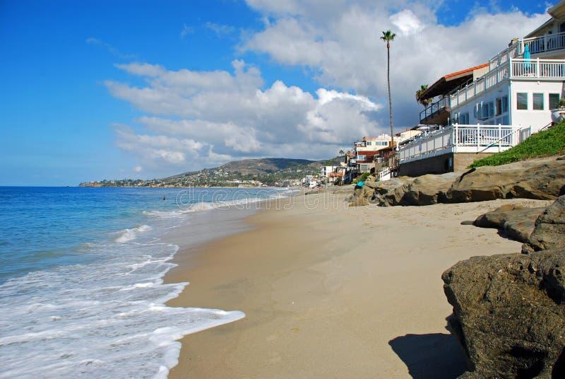 溪街道和橡木在拉古纳海滩,加利福尼亚的街道海滩 图库摄影
