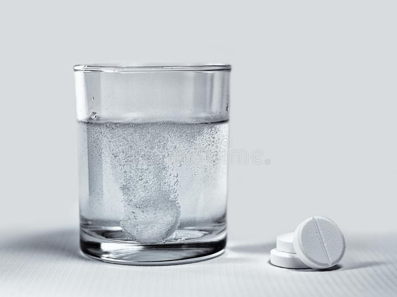 溶化的冒泡片剂 免版税库存照片