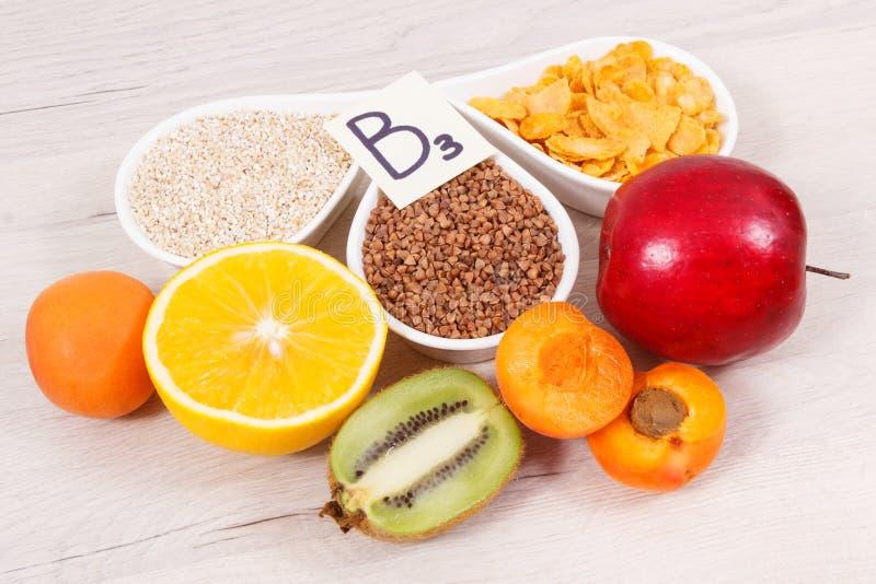 滋补包含维生素B3,纤维和自然矿物,健康营养概念的产品和成份 免版税图库摄影