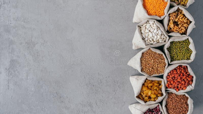 滋补有机产品照片在大袋的用各种各样的豆 E 荞麦,goji,扁豆,核桃 ?? 库存图片