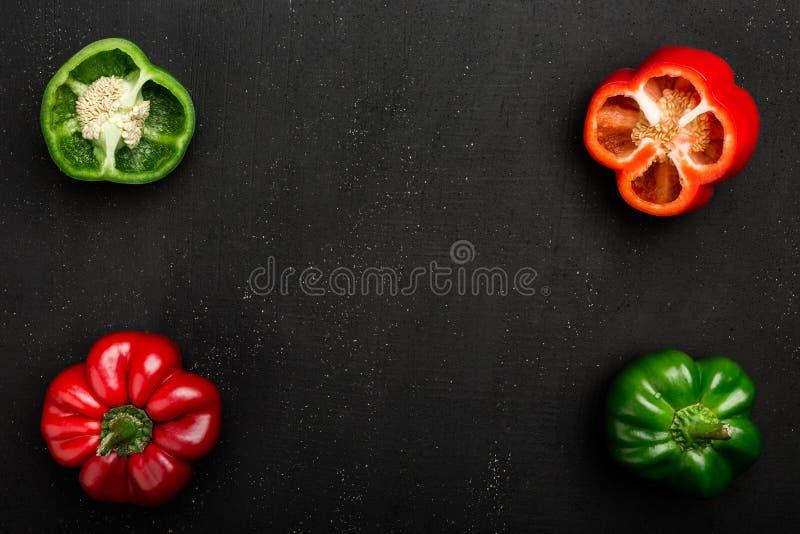 滋补红色和绿色辣椒的果实胡椒,整个和切成两半 免版税库存图片